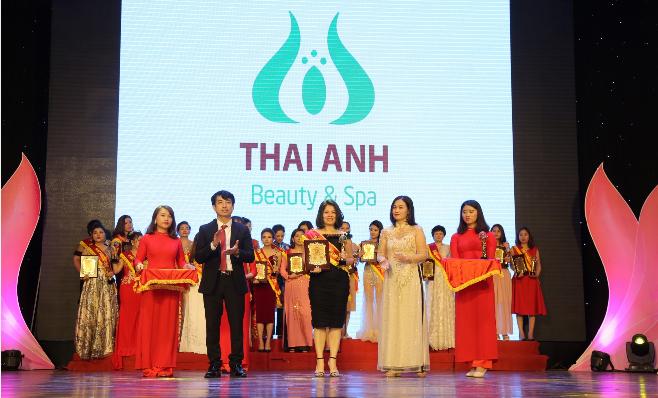 Đại diện Thái Anh Beauty & Spa nhận cúp và chứng nhận Tự hào thương hiệu làm đẹp Việt Nam.