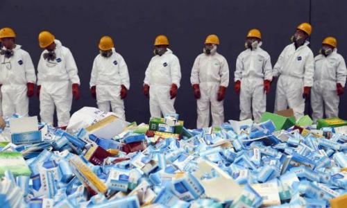 Công nhân Trung Quốc chuẩn bị tiêu hủy thuốc giả tháng 3/2013. Ảnh:STR/AFP.