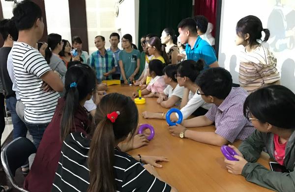 Các y bác sĩ tham gia tập huấn hồi phục bệnh nhân sau đột quỵ tại Bệnh viện Nhân dân Gia Định. Ảnh: H.H