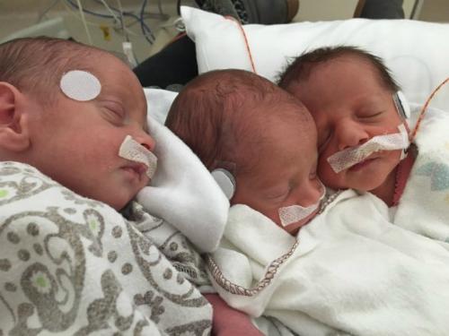 Ba em bé Karlee, Jack và Liam chào đời an toàn nhờ người mẹ bản lĩnh. Ảnh: HP.