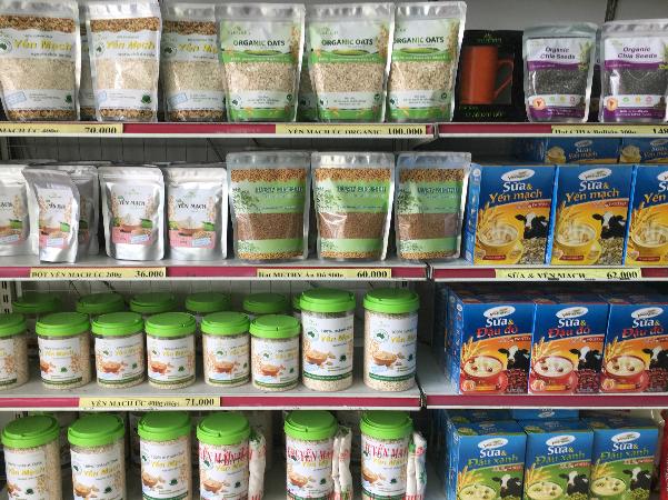 Một số thực phẩm ăn kiêng như bột yến mạch, sữa tươi, hạt chia... được bán trên thị trường. Ảnh: Cẩm Anh