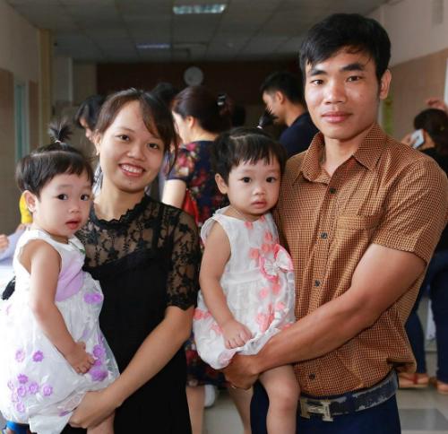 Vợ chồng anh Hảo chị Nhung cùng hai bé gái song sinh chào đời nhờ phương pháp Hostest. Ảnh: T.Q