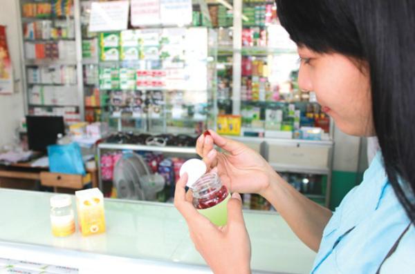 Tự ý mua thuốc không cần toa của bác sĩ dễ dẫn đến tác dụng sai, gây nguy hiểm cho người bệnh. Ảnh minh họa: Cẩm Anh