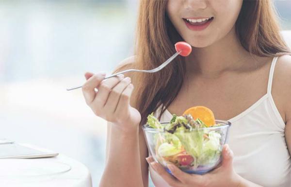 Trái cây và rau xanh là nguồn thực phẩm giàu vitamin tốt cho da mà không lo tăng cân. Ảnh: SC