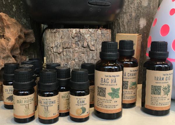 Các loại tinh dầu thiên nhiên được bán trên thị trường hiện nay. Ảnh: Cẩm Anh