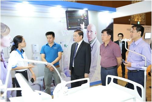 Ông Nguyễn Tấn Bỉnh - Giám đốc Sở y tế TP HCM tham quan mô hình bệnh viện hiện đại của Philips.