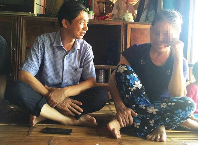Đại diện Bộ Y tế thăm hỏi một người bệnh nhiễm HIV tại xã Kim Thượng. Ảnh: V.T