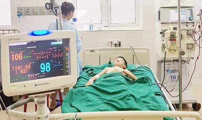 Bé đang được điều trị tích cực tại bệnh viện. Ảnh: Bệnh viện cung cấp.