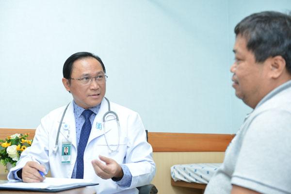 Bác sĩ Bùi Hữu Hoàng đang tư vấn cho người bệnh. Ảnh Bệnh viện cung cấp