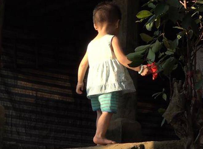Bé gái 18 tháng tuổi ở Phú Thọ nhiễm HIV trong khi bố mẹ và anh trai không mắc bệnh. Ảnh: L.N.