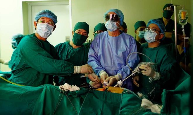 Giáo sư Joel Leroy mổ nội soi cắt u trực tràng cho bệnh nhân. Ảnh: T.H.