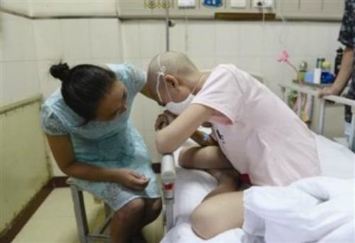 Ánh mắt ám ảnh bác sĩ của cô bé nhà nghèo bị ung thư máu