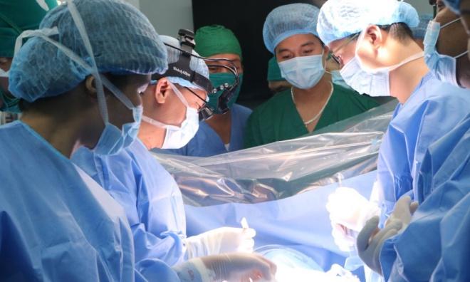 Bác sĩ hai bệnh viện phối hợp mổ cắt khối u trung thất. Ảnh: Bệnh viện cung cấp.