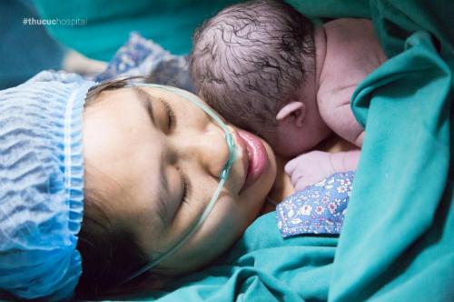 Lợi ích khi bé được kề da với bố và mẹ sau sinh - page 2