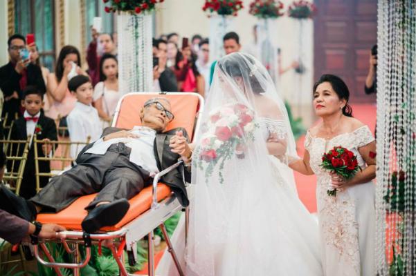 Ông Pedro nằm cáng dẫn con gái vào lễ đường. Ảnh: L.T