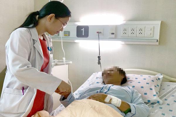 Bác sĩ đang thăm khám cho người bệnh gout. Ảnh Bệnh viện cung cấp