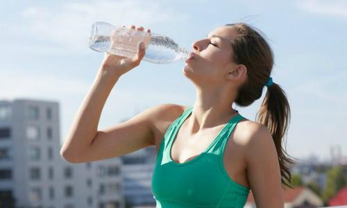 Người chơi thể thao nên uống nước như thế nào