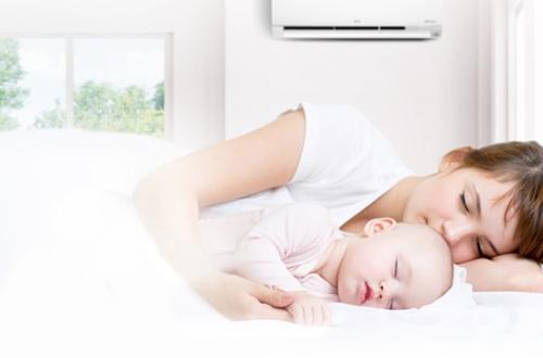 Cha mẹ không nên để điều hòa nhiệt độ thấp, trẻ có thể bị nhiễm lạnh.