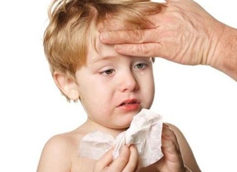 Thời tiết giao mùa, nhiệt độ nóng  lạnh thất thường là lúc trẻ dễ bị mắc viêm mũi, họng nhất