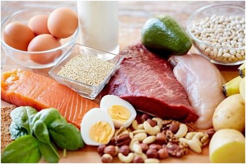 Thực đơn ăn uống của trẻ cần cân đối 4 nhóm thực phẩm chính, tinh bột, protein, lipid, các vitamin và khoáng chất