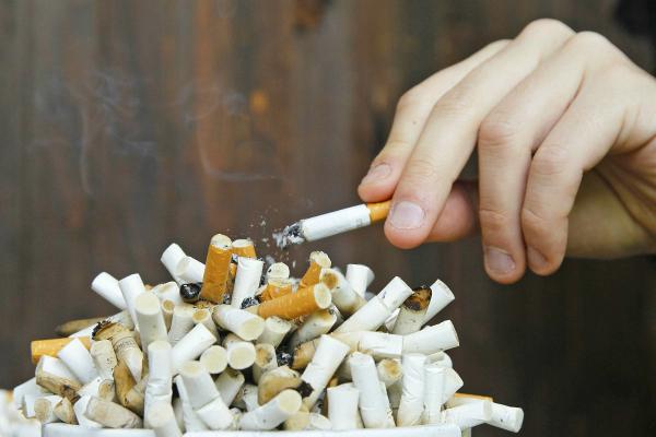 Bạn sẽ gặp nhiều khó khăn và cám dỗ trong những ngày đầu cai thuốc lá. Ảnh: WT