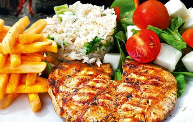 Bữa ăn giàu protein và carbonhydrat cho vận động viên.