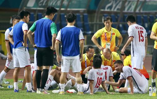 Giờ nghỉ giải lao giữa hai hiệp, các cầu thủ Olympic Việt Namngồi lại với huấn luyện viên Park Hang Seo và tranh thủ súc miệng, nghỉ ngơi. Ảnh: Lâm Thỏa.