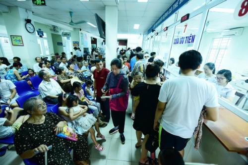 Nhiều bệnh viện yêu cầu nhân viên y tế duy trì và nâng cao thái độ thực hiện trong dịp nghỉ lễ.
