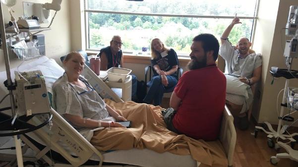 Lacy đang điều trị ung thư tại bệnh viện. Ảnh: L.A
