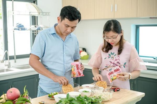 Với mì ăn liền, bạn có thể kết hợp với rau, củ, quả, thịt, tôm cá... để làm nên một món ăn sáng tiện lợi và đủ chất. Ảnh: Acecook.
