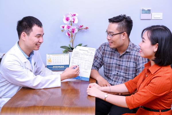 Bác sĩ Cao Tuấn Anh đang tư vấn các giải pháp điều trị vô sinh hiếm muộn tại IVFTA