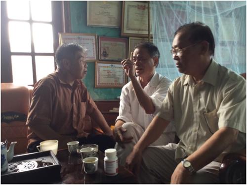 Từ trái qua: Nhà giáo La Văn Ngâm, bác sỹ Hoàng Sầm, giảng viên Lục Văn Vận
