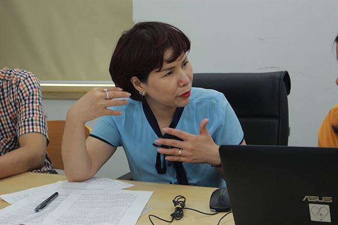 Bà Trần Thị Nhị Hà đang giải thích cho phóng viên khi trả lời câu hỏi của độc giả.