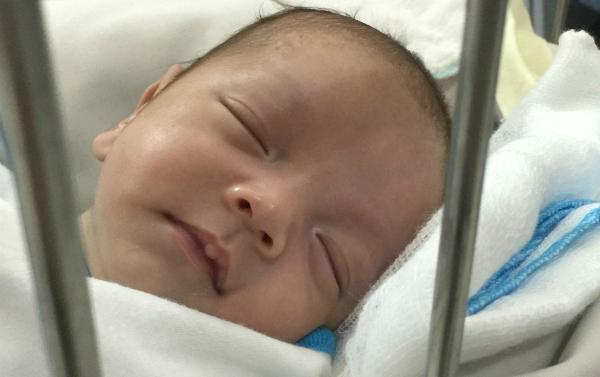 Các điều dưỡng cho biết cậu bé ngủ ngoan, hay cười và khá nhõng nhẽo. Ảnh: M.C