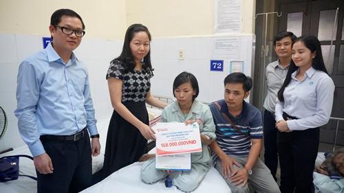 Chị Oanh và anh Cảm nhận số tiền giúp đỡ từ đồng nghiệp.