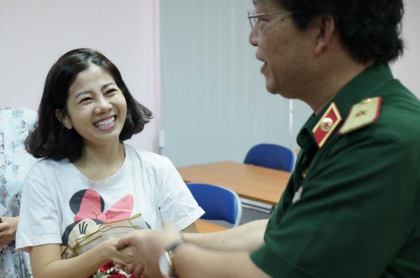 Phó giáo sư Nguyễn Hồng Sơn, Giám đốc Bệnh viện Quân y 175 có mặt động viên Mai Phương trong ngày xuất viện. Ảnh: L.P