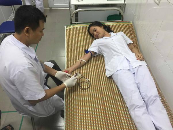 Điều dưỡng Nguyễn Thị Hường hiến máu cứu bệnh nhân. Ảnh: Bệnh viện cung cấp.