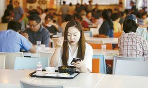 Lý do tuyệt đối không nên ăn cơm một mình