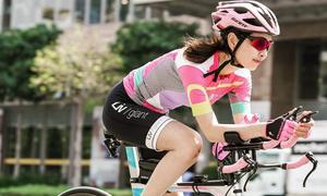 Cô gái trẻ và chiếc xe đạp màu hồng chinh phục những chặng đường