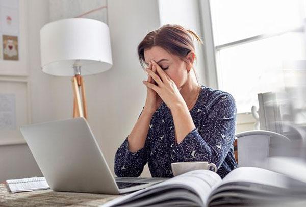 Khi tình trạngmệt mỏi kéo dài làm ảnh hưởng đến sức khỏe, bạn nên gặp bác sĩ để được thăm khám và chữa trị càng sớm càng tốt. Ảnh: HL