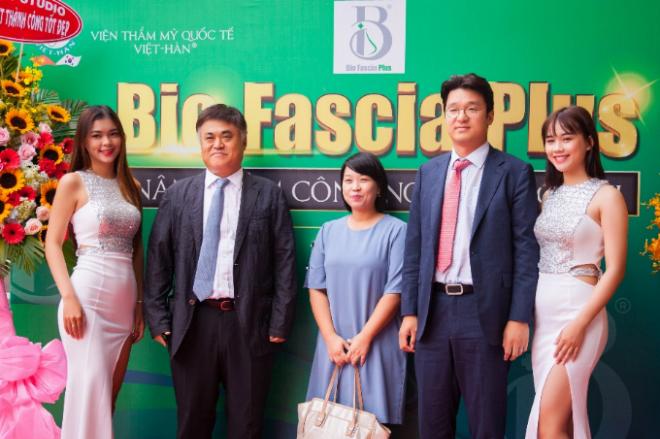 Đoàn chuyên gia từ Hàn Quốc có bác sĩ Won Jai Lee, Ju Hee Hee.