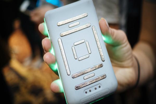 Cảm biến ở mặt sau của thiết bị khi được áp vào da sẽ gửi điện cực đi qua cơ thể để đo lượng mỡ và chất lượng cơ bắp người dùng. Ảnh: AT
