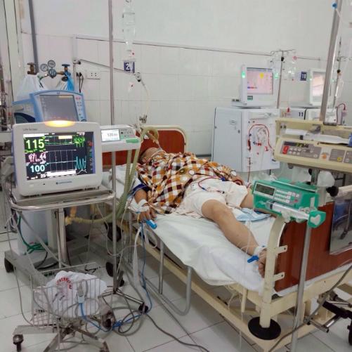 Một bệnh nhân bị ngộ độc rượu đang được điều trị tại bệnh viện. Ảnh: Bệnh viện cung cấp.