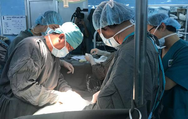 Các bác sĩ thực hiện phẫu thuật cho bệnh nhân. Ảnh: V.T