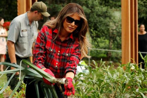 Melania Trumptrồng rau ngay tại nhà Trắng. Bà đặc biệt coi trọng chế độ ăn uống lành mạnh. Ảnh: Reuters