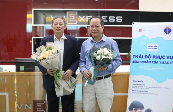 Bác sĩ Hoàng Văn Chiến (trái) và bác sĩ Ngô Hữu Hà tham gia trả lời độc giả.