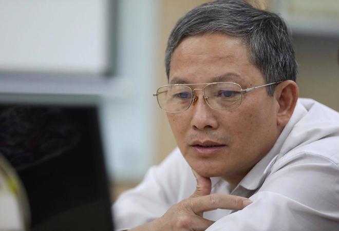 Bác sĩ Hoàng Văn Chiến đang đọc câu hỏi.