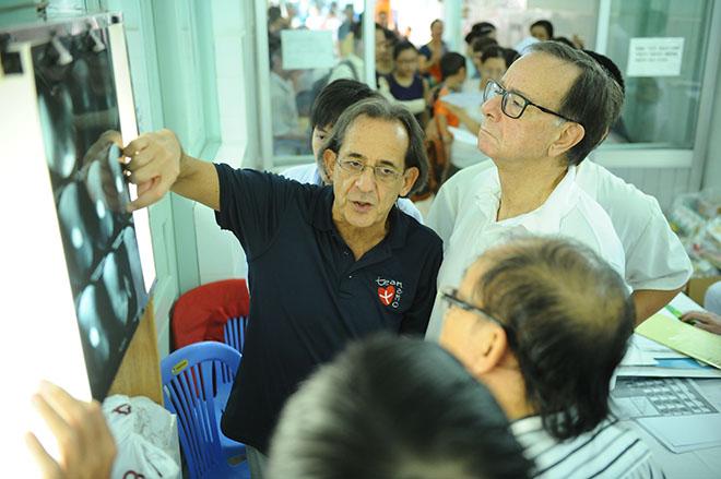 Bác sĩ Roberto De Castro (áo đen) cùng đồng nghiệp. Ảnh: M.A.