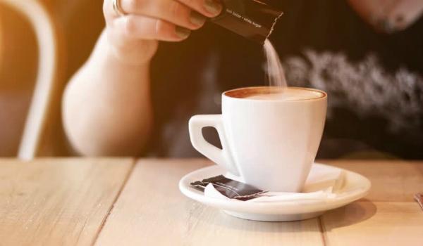Cho đường tinh chếvào cà phêcó thể làm rối loạn lượng đường trong máu của bạn.Ảnh: KPS