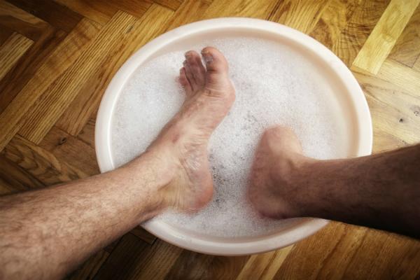 Rửa chân kỹ bằng xà phòng và chà xát giữa những kẽ các ngón chân. Ảnh: MH